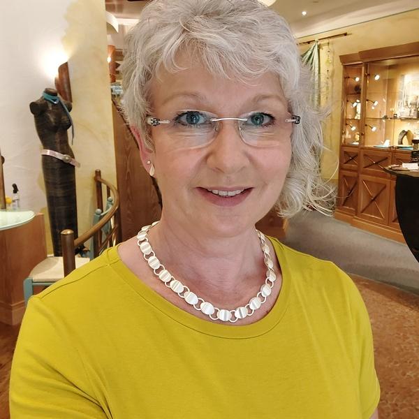 Birgit Sanetra mit Silberkette